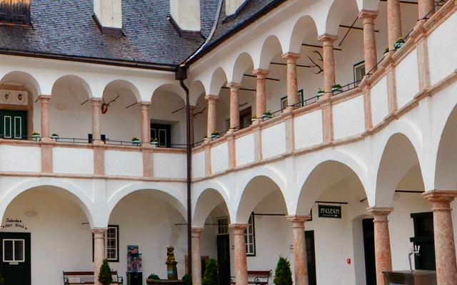 Der Innenhof des Seeschlosses Ort